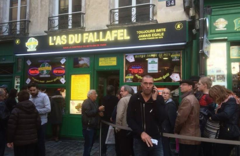 People wait in line for falafel in the Marais, the old Jewish neighborhood in Paris (photo credit: RACHEL KAPLAN / EUROPEAN JEWISH HERITAGE TOURS)