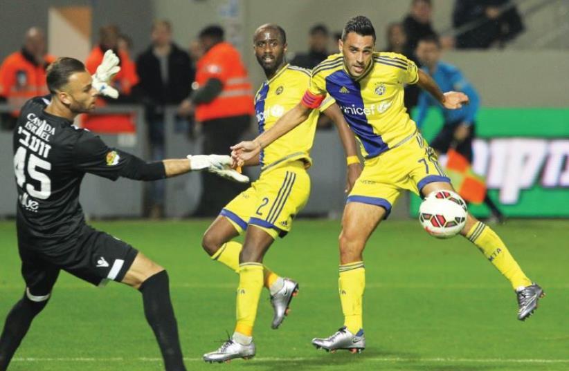 Maccabi Tel Aviv midfielder Eran Zahavi (right) (photo credit: DANNY MARON)