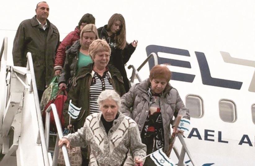 Olim from Ukraine disembarking from an IFCJ flight.  (photo credit: BIGHAM AGENCY)