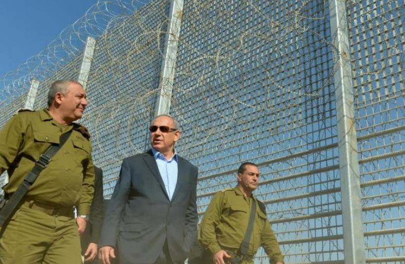 Prime Minister Benjamin Netanyahu (C) tours Israel's southern border with Jordan, February 9, 2016 (photo credit: KOBI GIDON / GPO)