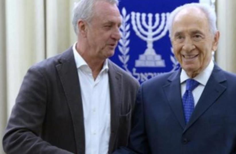 President Shimon Peres welcoming Johan Cruyff to the President's Residence (photo credit: Mark Neiman/GPO)