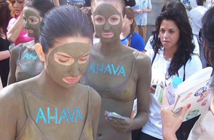 Models promoting Ahava's skin care products, by both wearing them and handing out samples of them, at the Spring 2009 New York Fashion Week (photo credit: WASTED TIME R/WIKIPEDIA)