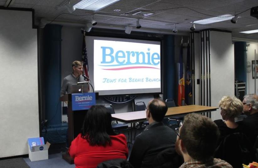 Phil Aroneanu, New York state director of the Sanders campaign, speaking at a Jews for Bernie event in Manhattan, April 10, 2016. (photo credit: URIEL HEILMAN/ JTA)