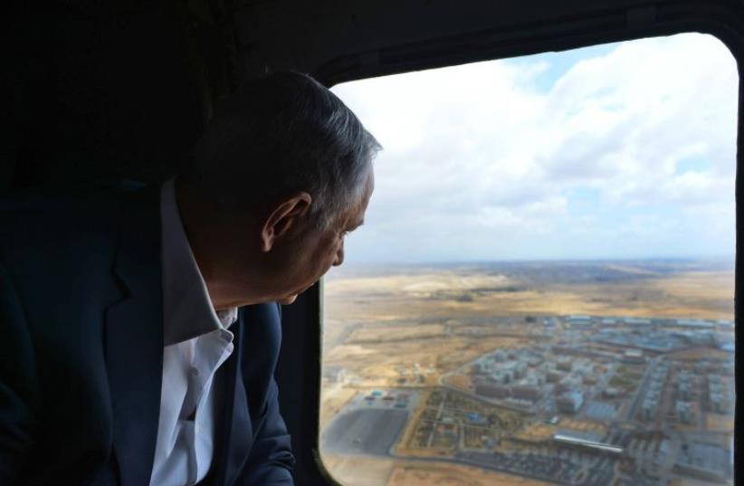 Netanyahu surveys the Negev from a helicopter (photo credit: HAIM ZACH/GPO)