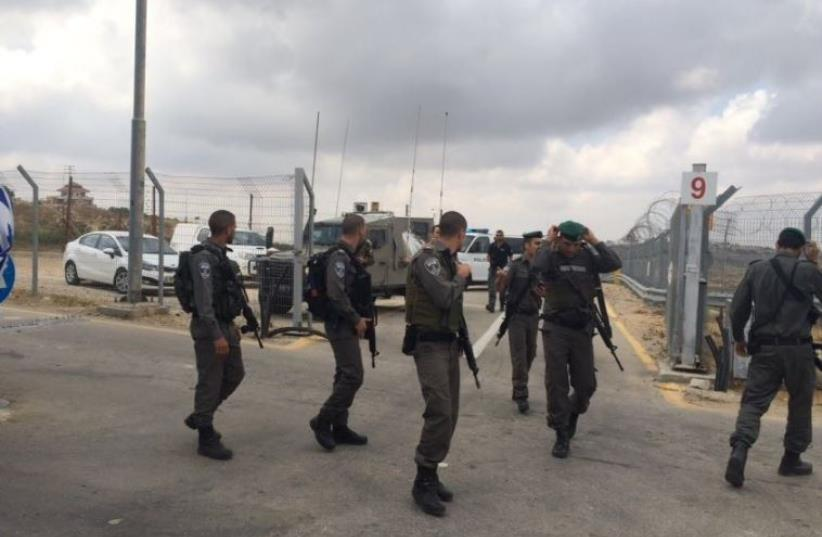Border Police officers at the scene of an attempted stabbing sttack at a checkpoin near Ras Bilu, May 23, 2016 (photo credit: POLICE SPOKESPERSON'S UNIT)