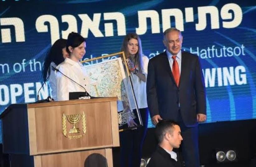 Irina Nevzlin, chair of Beit Hatfutsot board of directors, presents family tree to Prime Minister Benjamin Netanyahu (photo credit: AVIV HOFI)