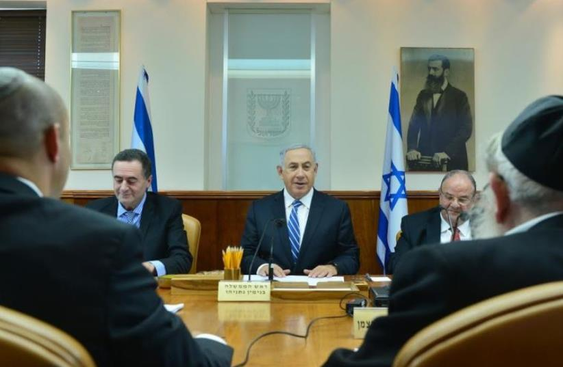 Prime Minister Benjamin Netanyahu at a meeting of cabinet ministers in Jerusalem, May 30, 2016 (photo credit: KOBI GIDON / GPO)