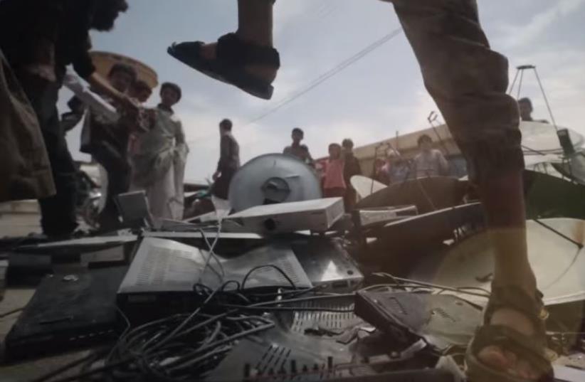 ISIS demolishes satelite dishes in Raqqa (photo credit: screenshot)