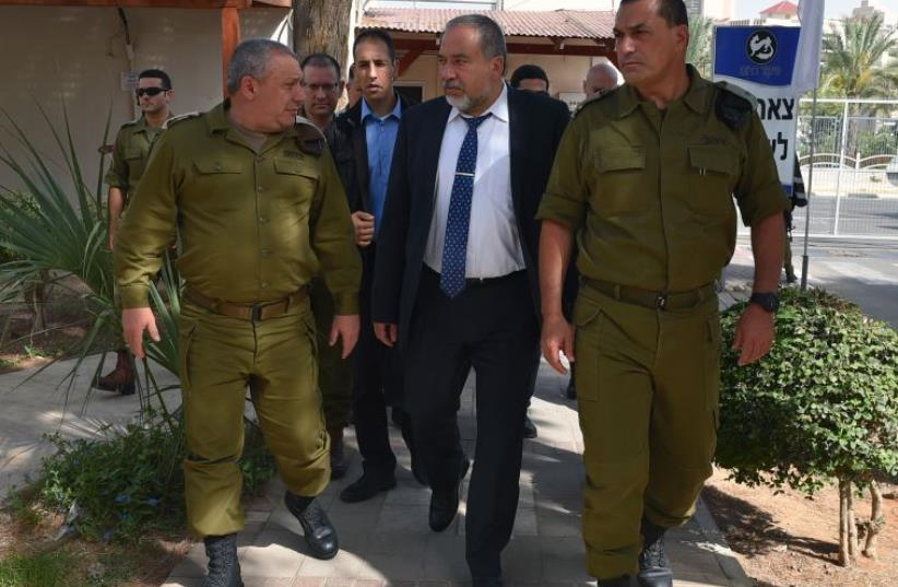 Liberman and Eisenkot at IDF Southern Command (photo credit: ARIEL HERMONI / DEFENSE MINISTRY)