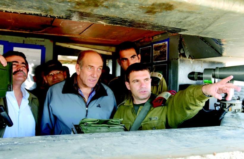 Gal Hirsch et Ehoud Olmert à la base de Biranit (photo credit: GPO)