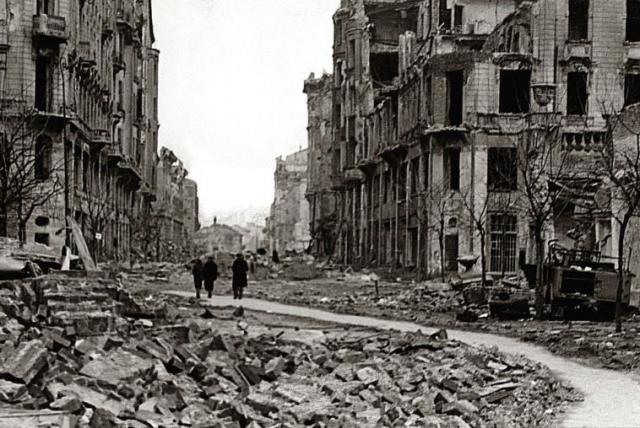 A STREET in Warsaw destroyed during the failed 1944 uprising against Nazi occupiers (photo credit: WIKIMEDIA)