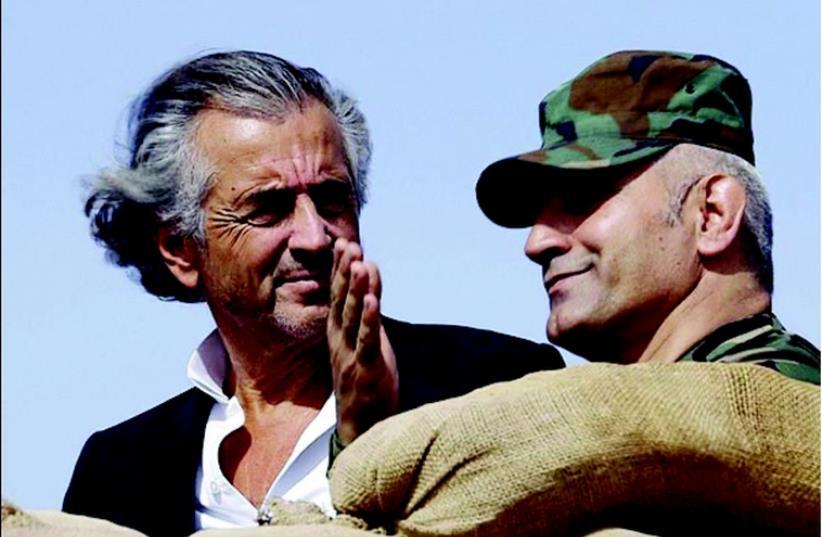 Bernard-Henri Lévy avec un combattant kurde (photo credit: DR)