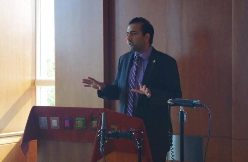 Kasim Hafeez speaking at CAMERA's Student Leadership Conference 2015 (photo credit: COURTESY CAMERA)