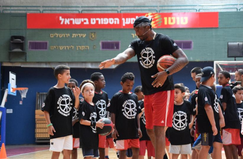 """Stoudemire coaches children at the basketball """"peace camp"""" Monday morning in Jerusalem (Hapoel Jerusalem). (photo credit: COURTESY HAPOEL JERUSALEM)"""