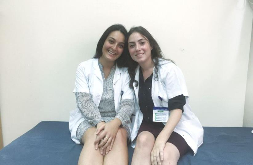 Deux jeunes volontaires du programme Chirout Leoumi Torani (photo credit: TAMARA ZIEVE)