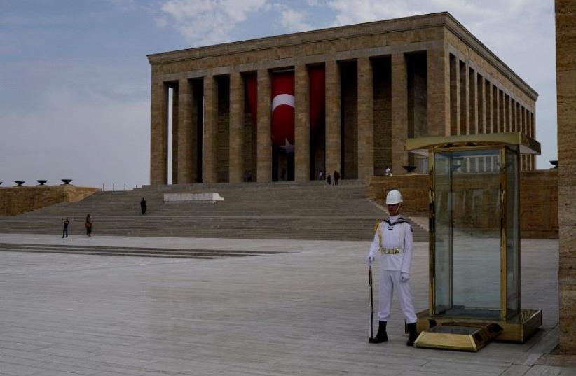 A soldier stands guard at Anitkabir, the mausoleum of modern Turkey's founder Mustafa Kemal Ataturk, in Ankara, Turkey, August 5, 2016. (photo credit: REUTERS)