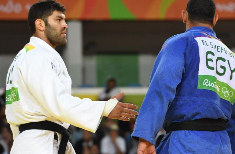 Egyptian judoka Islam el Shehaby refusing to shake hands with Israeli judoka Or Sasson  (photo credit: TOSHIFUMI KITAMURA / AFP)