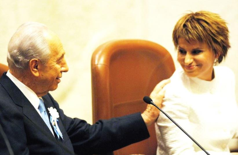 President Shimon Peres gestures to Knesset speaker Dalia Itzik in July 2007 (photo credit: AVI OHAYON - GPO)