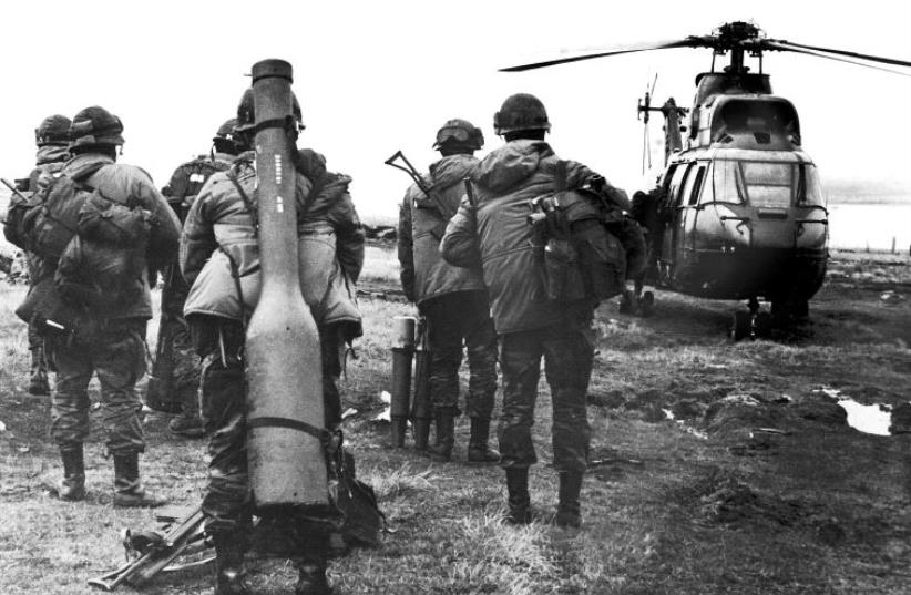 Argentina's military personnel of the 601 Company get ready to board a helicopter in the Strait of San Carlos, during the Falkland War between Argentina and Britain, May 1982 (photo credit: REUTERS)