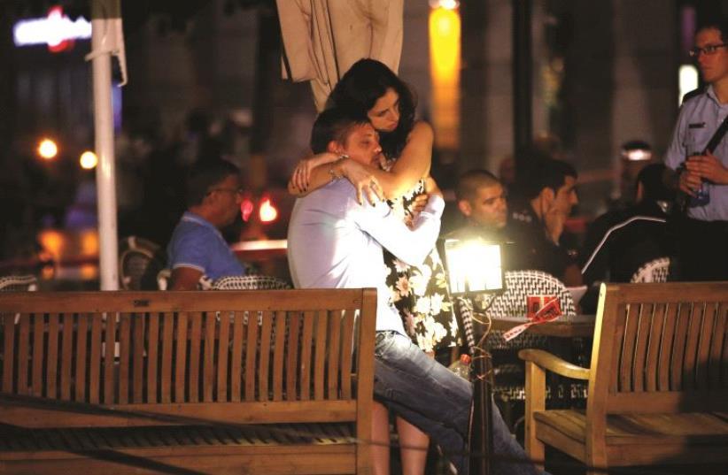 Après l'attentat du marché de Sarona (photo credit: REUTERS/BAZ RATNER)