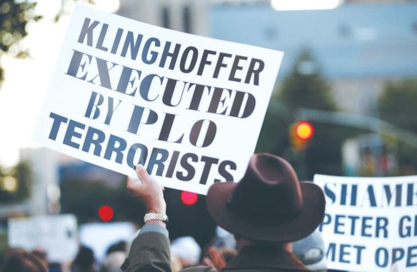 A PROTESTER holds up a sign condemning the Palestine Liberation Organization for the murder of Leon Klinghoffer (photo credit: REUTERS)
