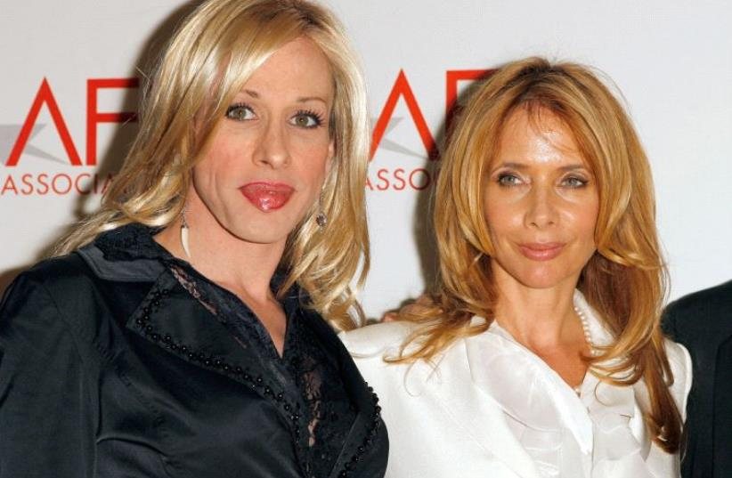 Siblings Alexis Arquette (L) and Rosanna Arquette pose for photographers as they arrive to attend the sixth annual American Film Institute Associates' Platinum Circle Award ceremony to honor members of the Arquette family in Los Angeles, California May 10, 2006. (photo credit: LUCAS JACKSON/REUTERS)
