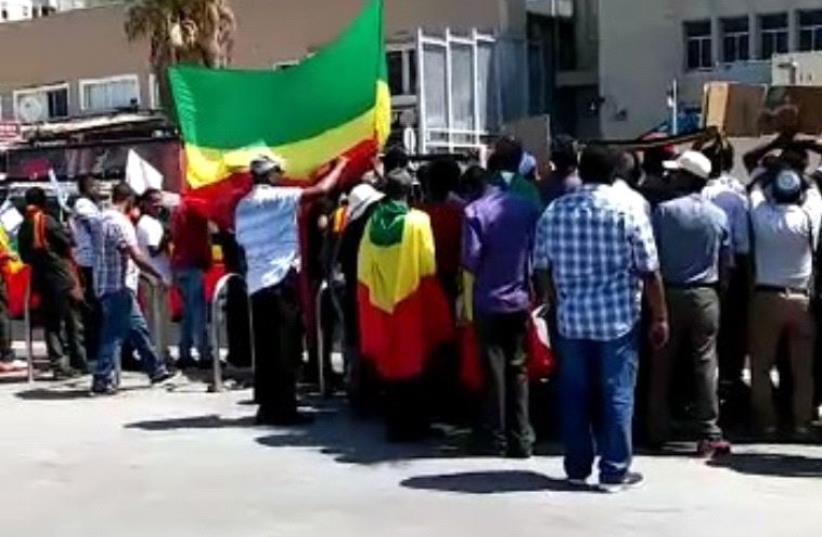 Ehtiopian Protesters in front of US embassy Tel Aviv (photo credit: ENDALAMAW HAILEI)