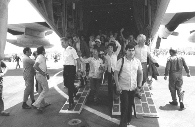 Entebbe hostages return to Israel after daring rescue operation (photo credit: AVI SIMHONI AND MIKI TZARFATI/BAMAHANE)