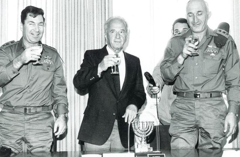Dan Shomron (left) with Yitzhak Rabin and Moshe Levy (photo credit: AVI SIMHONI/BAMAHANEH)