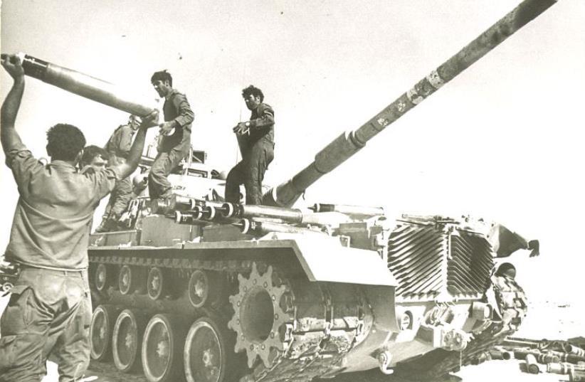 Des soldats postés le long du canal de Suez (photo credit: JERUSALEM POST ARCHIVE)
