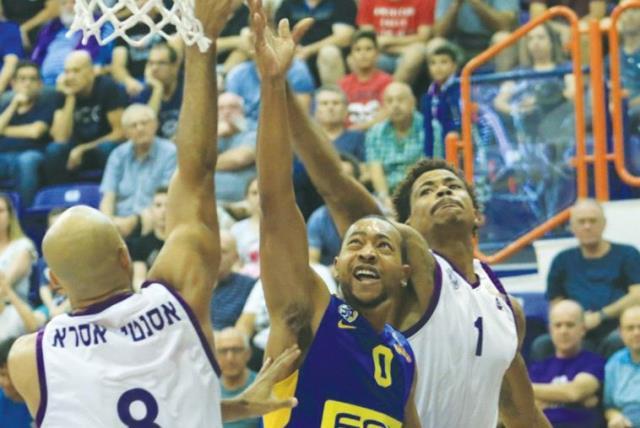 Maccabi Tel Aviv guard Andrew Goudelock (center) (photo credit: ERAN LUF)