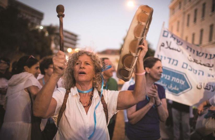 Femmes manifestant pour la paix (photo credit: HADAS PARUSH)