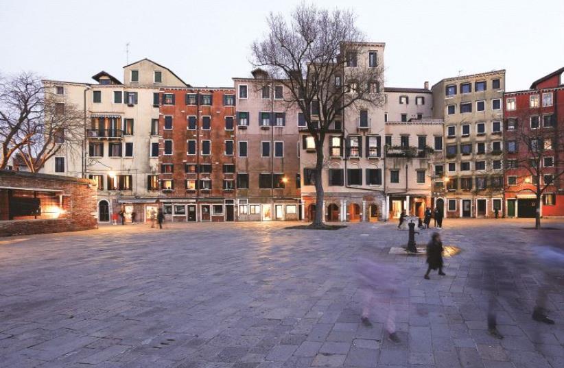 Pour maximiser l'espace, les édifices ont été conçus avec des plafonds bas et de multiples étages (photo credit: REUTERS)