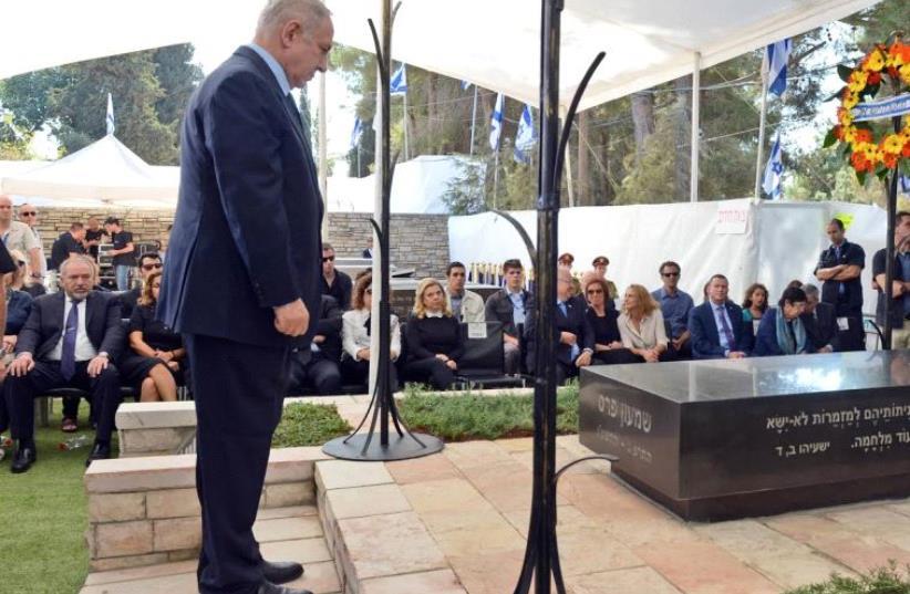 Prime Minister Benjamin Netanyahu at Former Presudent Shimon Peres's grave (photo credit: HAIM ZACH/GPO)