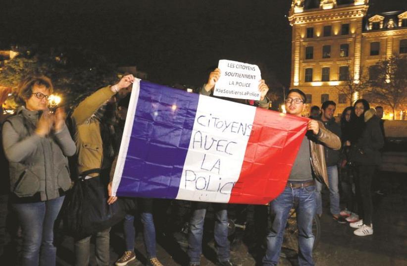 Des citoyens qui soutiennent la police (photo credit: REUTERS)