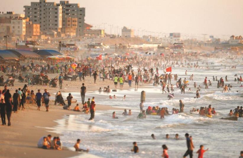 Une grande partie du littoral est pollué en l'absence du traitement des eaux usées (photo credit: REUTERS)