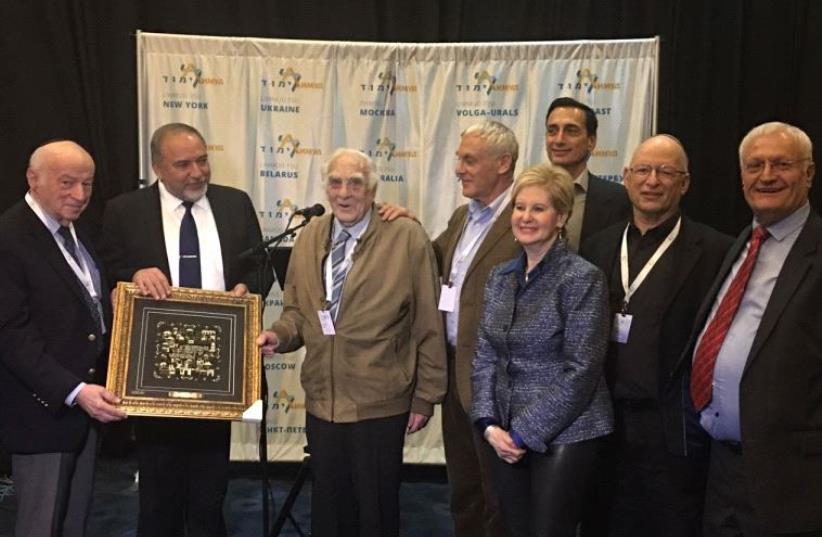 Board chairman of the Claims Conference Julius Berman, Avigdor Lieberman, Baruch Shuv that was presented a honorary Limmud FSU award,Yossi Shuv, Limmud FSU co-founder Sandra F. Cahn ,Matthew Bronfman,Dr. Joel Rappel and Limmud FSU founder Chaim Chesler (photo credit: COURTESY LIMMUD FSU)