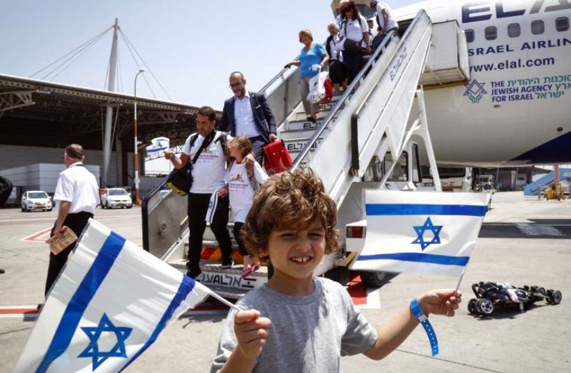 New Olim arriving to Israel. (photo credit: JEWISH AGENCY)