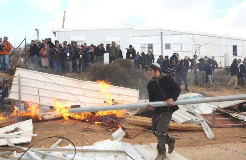 Evacuation of Amona (photo credit: MARC ISRAEL SELLEM)