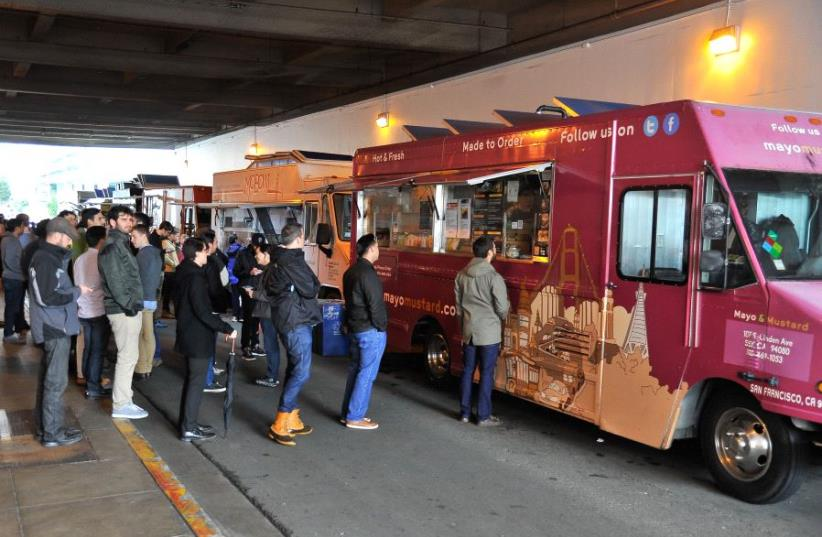 People line up at a food truck in San Francisco , California (photo credit: STEVE JENNINGS / GETTY IMAGES NORTH AMERICA / AFP)