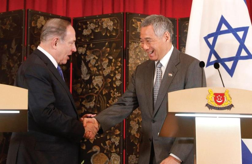 Singaporean Prime Minister Lee Hsien Loong welcomes Prime Minister Benjamin Netanyahu to the Istana presidential palace. (photo credit: REUTERS)