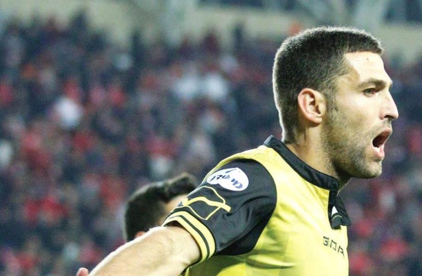 Beitar Jerusalem forward Itay Shechter celebrates after scoring the winner in last night's 2-1 victory over Hapoel Tel Aviv in Petah Tikva. (photo credit: ADI AVISHAI)