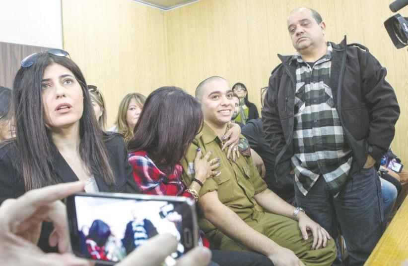 Le soldat Elor Azaria entouré de sa famille (photo credit: REUTERS)