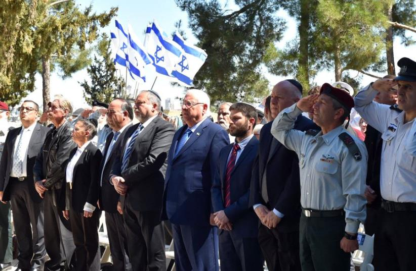 Reuven Rivlin and Avigdor Liberman at a ceremony on memorial day for fallen soldiers (photo credit: DEFENSE MINISTRY)
