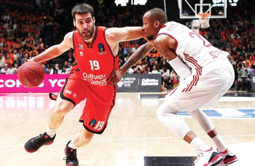 Hapoel Jerusalem guard Curtis Jerrells (right) scored 13 points in his team's 83-68 road loss to Luke Sikma (left) and Valencia in last night's Game 1 of the Eurocup semifinals. (photo credit: VALENCIA WEBSITE/COURTESY)