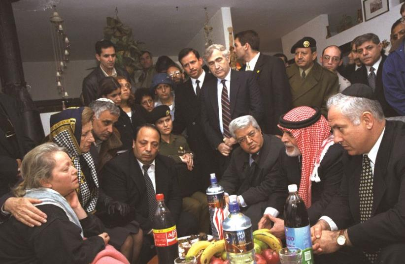 B. Netanyahou, entouré du roi de Jordanie, avec les proches des victimes (photo credit: GPO)