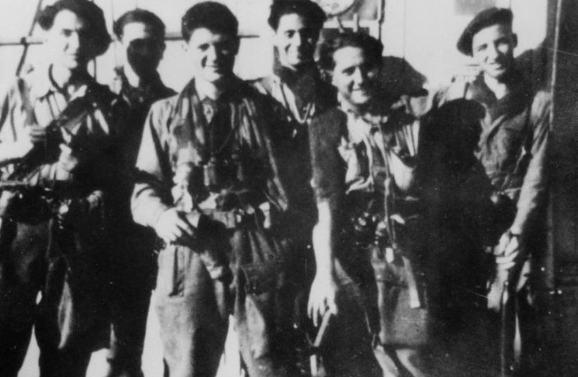 N. Beyrard (3e à partir de la droite) avec ses camarades parachutistes de la France libre,  en 1944 (photo credit: SAS-FFL)