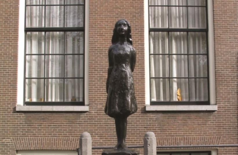 Une statue à l'effigie d'Anne Frank, à Amsterdam (photo credit: WIKIPEDIA)