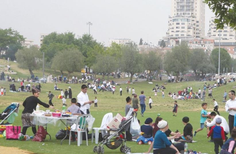 PEOPLE TAKE ADVANTAGE of yesterday's heat wave with a visit to Jerusalem's Sacher Park (photo credit: MARC ISRAEL SELLEM/THE JERUSALEM POST)