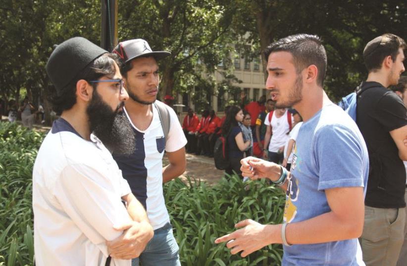 Intervention de Yahya Mahemed auprès d'étudiants musulmans sur un campus en Afrique du Sud (photo credit: ILAN OSSENDRYVER)